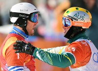 【平昌五輪】スノーボード男子クロスの競技を終えて2位に入ったジャリッド・ヒューズ(右)から祝福される優勝したピエール・ボルティエ=フェニックス・スノーパークで2018年2月15日、宮間俊樹撮影