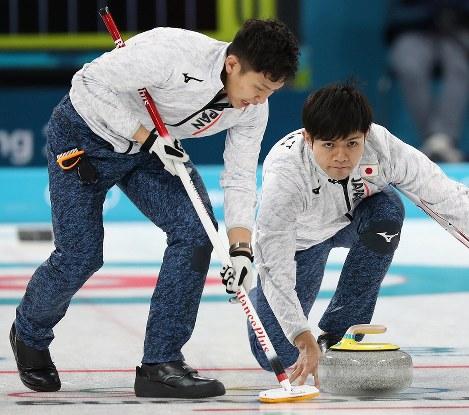 【英国―日本】第1エンド、ストーンを投じる両角友佑。左は両角公佑=江陵カーリングセンターで2018年2月15日、佐々木順一撮影
