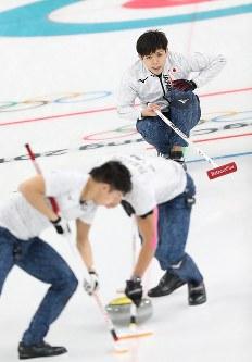 【英国―日本】第8エンド、ストーンを投じて指示を出す両角友佑=江陵カーリングセンターで2018年2月15日、佐々木順一撮影