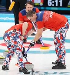 派手なパンツが話題になっているカーリング男子ノルウェー代表=江陵カーリングセンターで2018年2月15日、佐々木順一撮影