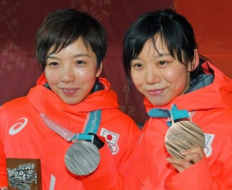 【平昌五輪】スピードスケート女子1000メートルの表彰式を終え、銀メダルを手に笑顔を見せる小平奈緒(左)と、銅メダルの高木美帆=平昌メダルプラザで2018年2月15日、手塚耕一郎撮影