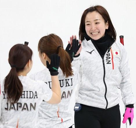 【韓国―日本】第4エンド、笑顔を見せる藤沢五月(右)=江陵カーリングセンターで2018年2月15日、佐々木順一撮影