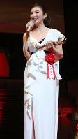 第72回毎日映画コンクールの表彰式であいさつする女優助演賞を受賞した田中麗奈さん=川崎市幸区のミューザ川崎シンフォニーホールで2018年2月15日午後4時46分、長谷川直亮撮影