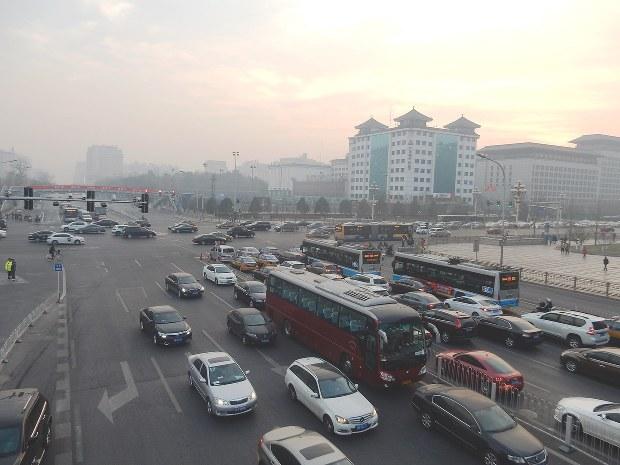 「赤色警報」が出た北京市内。数十メートル先の建物がかすむほど街中に汚染物質が充満する=2016年12月16日、赤間清広撮影