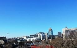 青空が広がる北京市内。習近平指導部が進める環境対策の「成果」だ=2018年2月12日、赤間清広撮影