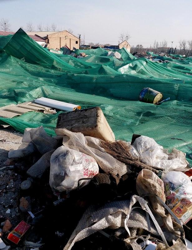 一部工場は取り壊され、更地の状態に。ごみも散乱していた=中国北京市郊外で2018年1月17日、赤間清広撮影