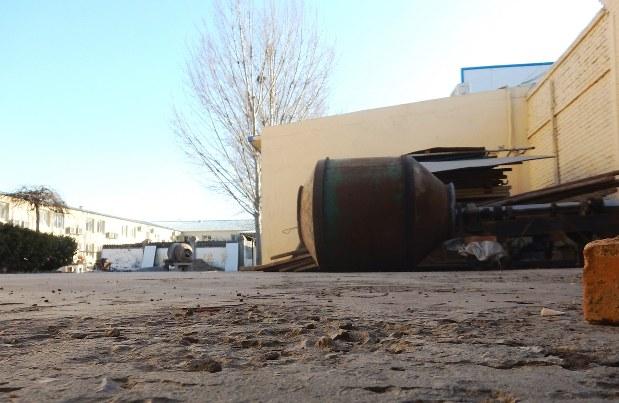 閉鎖された工場。使われていた機械が屋外に放置されていた=中国北京市郊外で2018年1月17日、赤間清広撮影