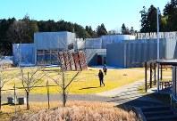 5年前にリニューアルした建物は外と内の区別があいまいで、まるで巨大な迷路に迷い込んだかのような感覚に=千葉県市原市の市原湖畔美術館で
