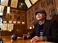 「ここの焼酎、湯で割って飲むスタイルがいいんだなあ」=東京・神保町の「兵六」で、宮間俊樹撮影