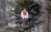 雪上を「飛翔」する平昌五輪・男子滑降の選手。グローバル時代に生きる我々が飛ぶべき方向とは=ロイター