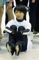 A 12-year-old Yuzuru Hanyu takes part in a skating class at the rink once used as the training ground of women's figure skater Shizuka Arakawa, a gold medalist at the 2006 Winter Olympics, in Sendai's Izumi Ward on April 3, 2007. (Mainichi)