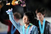 Yuzuru Hanyu smiles at the audience while holding a bouquet during a winning run after claiming victory in the Junior Grand Prix Final on Dec. 4, 2009 at Yoyogi National Gymnasium in Tokyo. (Mainichi)