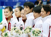 Skaters chosen to represent Japan at the Sochi Winter Olympic Games, from left, Kanako Murakami, Mao Asada, Akiko Suzuki, Yuzuru Hanyu, Tatsuki Machida and Daisuke Takahashi pose together at Saitama Super Arena on Dec. 23, 2013. (Mainichi)