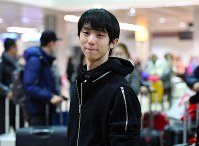 Yuzuru Hanyu arrives in Marseille, France, for the Grand Prix Final figure skating competition, on Dec. 6, 2016. (Mainichi)