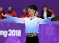 Japan's Yuzuru Hanyu performs during the men's figure skating short program at the Gangneung Ice Arena, on Feb. 16, 2018. (Mainichi)