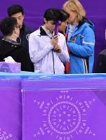 男子SP、ブレードのカバーを額に当てて目を閉じ演技前の練習に臨む羽生結弦=江陵アイスアリーナで2018年2月16日、宮間俊樹撮影
