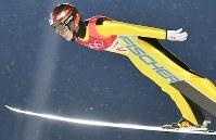 【平昌五輪】スキージャンプ男子ラージヒル予選の小林潤志郎の飛躍=アルペンシア・ジャンプセンターで2018年2月16日、宮間俊樹撮影