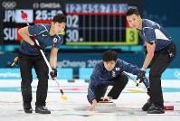 【日本―スイス】第3エンド、ストーンを投じる両角友佑。右は山口剛史、左は両角公佑=江陵カーリングセンターで2018年2月16日、佐々木順一撮影