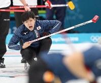 【日本―スイス】第3エンド、ストーンを投じて指示を出す両角友佑=江陵カーリングセンターで2018年2月16日、佐々木順一撮影