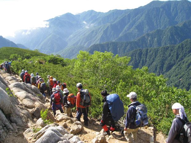 北アルプスを登る中高年の登山客.仲間を作っておくことは大切だ