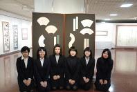 卒業制作展に出品されている共同制作作品と4年生=札幌市中央区の札幌市民ギャラリーで