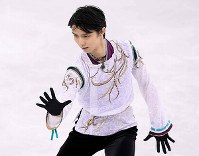 Yuzuru Hanyu performs in the men's figure skating free program at the Gangneung Ice Arena at the 2018 Winter Olympics in South Korea, on Feb. 17, 2018. (Mainichi)
