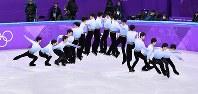 フィギュアスケート男子SPで4回転サルコウを決める羽生結弦=江陵アイスアリーナで2018年2月16日、宮間俊樹撮影(16枚の写真を合成)