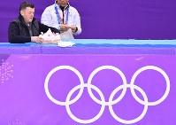 男子フリーの練習前に羽生結弦が使うティッシュペーパーの箱などを準備するブライアン・オーサーコーチ=江陵アイスアリーナで2018年2月17日、宮間俊樹撮影