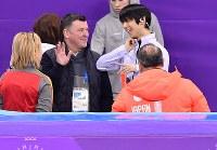 男子フリーの練習前に笑顔で話すブライアン・オーサーコーチ(中央左)と羽生結弦=江陵アイスアリーナで2018年2月17日、宮間俊樹撮影