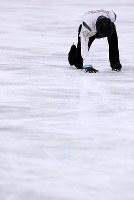 男子フリーの演技を終え、リンクに感謝するようにひざまずく羽生結弦=江陵アイスアリーナで2018年2月17日、佐々木順一撮影