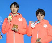 【平昌五輪】メダルセレモニーで笑顔を見せる金メダルの羽生結弦(左)と銀メダルの宇野昌磨=平昌メダルプラザで2018年2月17日、手塚耕一郎撮影