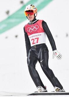 【平昌五輪】スキージャンプ男子ラージヒル、2回目の飛躍を終え舌を出す竹内択=アルペンシア・ジャンプセンターで2018年2月17日、宮間俊樹撮影