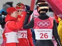 【平昌五輪】スキージャンプ男子ラージヒル、2回目の飛躍を終えて小林潤志郎(左)に出迎えられる小林陵侑=アルペンシア・ジャンプセンターで2018年2月17日、宮間俊樹撮影