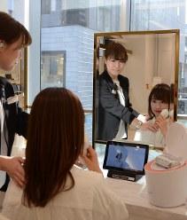 専門スタッフの指導によりパナソニックの美容家電を試すことができる=東京都中央区のパナソニックビューティーサロン銀座で2018年1月26日、古屋敷尚子撮影