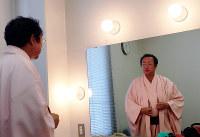 「エンマの願い」の出番前、楽屋で衣装を整える桂福車さん。ピンクが好きで、この日の着物も羽織もピンクだった=滋賀県米原市で2017年4月29日、松井宏員撮影