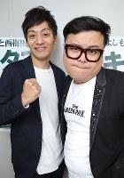 お笑いコンビ「とろサーモン」の村田秀亮(左)と久保田かずのぶ=大阪市北区で、菅知美撮影
