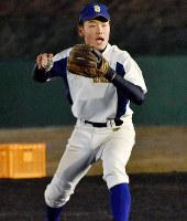 ノックを受ける瀬戸内の福長竜二内野手(2年)=広島市東区山根東5の練習グラウンドで、小山美砂撮影