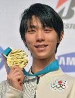 競技から一夜明け、記者会見で金メダルを手にする羽生結弦=韓国・平昌で2018年2月18日午前10時51分、手塚耕一郎撮影