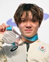 競技から一夜明け、記者会見で銀メダルを手にする宇野昌磨=韓国・平昌で2018年2月18日午前10時49分、手塚耕一郎撮影