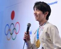 競技から一夜明け、笑顔で記者会見する羽生結弦=韓国・平昌で2018年2月18日午前10時26分、手塚耕一郎撮影