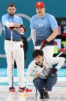 【米国―日本】第3エンド、ストーンを投じ、指示を出す両角友佑(右下)=江陵カーリングセンターで2018年2月18日、佐々木順一撮影