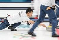 【米国―日本】第2エンド、ストーンを投じる清水徹郎=江陵カーリングセンターで2018年2月18日、佐々木順一撮影