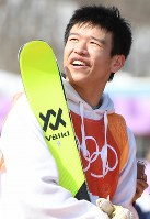 【平昌五輪】フリースタイルスキー・スロープスタイル男子で予選落ちし、電光掲示板を眺める山本泰成=フェニックス・スノーパークで2018年2月18日、山崎一輝撮影