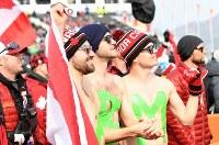 【平昌五輪】フリースタイルスキー・スロープスタイル男子決勝で、氷点下の中裸で応援する観客=フェニックス・スノーパークで2018年2月18日、山崎一輝撮影