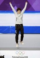 【平昌五輪】女子500メートルで金メダルを獲得し、セレモニーで表彰台の上でジャンプする小平奈緒=江陵オーバルで2018年2月18日、手塚耕一郎撮影