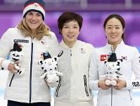 女子500メートルで優勝し、2位の李相花(右)、3位のエルバノバ(左)と並んで笑顔を見せる小平奈緒=江陵オーバルで2018年2月18日、佐々木順一撮影