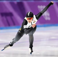 女子500メートルで滑走する郷亜里砂=江陵オーバルで2018年2月18日、佐々木順一撮影