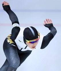 女子500メートルを滑る神谷衣理那=江陵オーバルで2018年2月18日、手塚耕一郎撮影