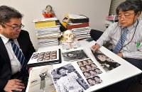 母幸子さんの写真を見比べる藤井哲伸さん(左)と東京歯科大の橋本正次教授=東京都千代田区で2017年11月7日、山田尚弘撮影