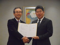 連携協定の締結書を交わした横浜銀行の川村健一頭取(左)と福田紀彦市長=川崎市川崎区で